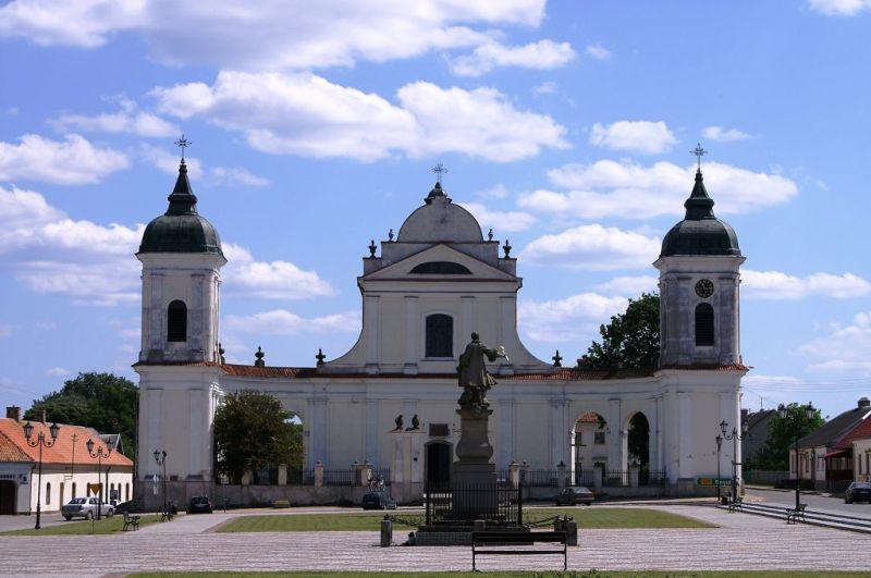 Plac Stefana Czarnieckiego - kościół Św. Trójcy