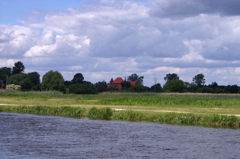 Widok z mostu w Tykocinie na pola i zamek